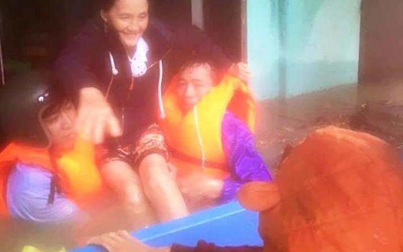 Quảng Nam: Đội mưa lớn để di dân tránh lũ lúc nửa đêm