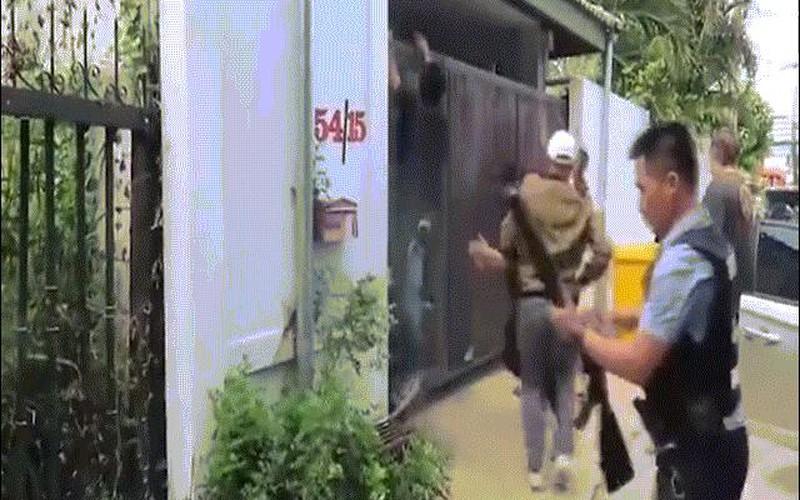 """Video: Cảnh sát Thái Lan mang súng """"khủng"""", vượt cổng cao bắt tội phạm ma túy"""